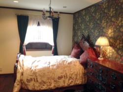 redhouse-bedroom_convert_20130308204453.jpg