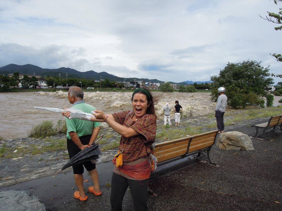 カウチサーフィン(スペイン、アレハンドラ)、増水した桂川