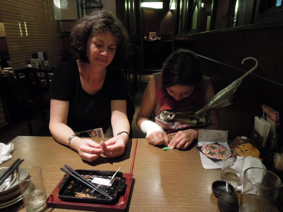 カウチサーフィン(ドイツ、エマ)、(スペイン、アレハンドラ)、居酒屋で折り紙