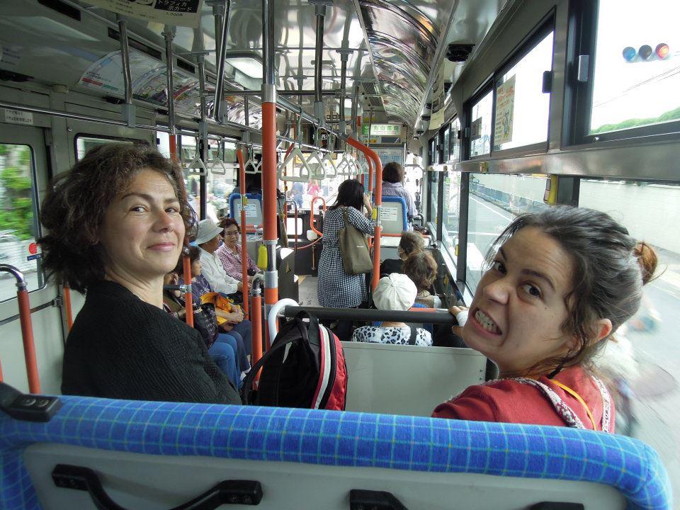 カウチサーフィン(ドイツ、エマ)、(スペイン、アレハンドラ)、バスの中で