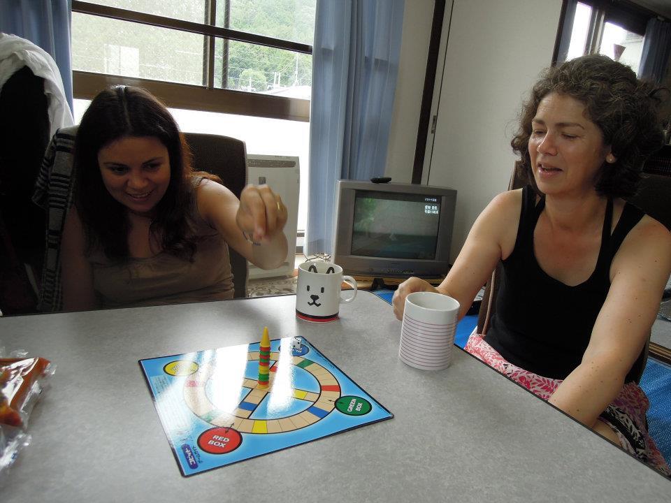 カウチサーフィン(ドイツ、エマ)、(スペイン、アレハンドラ)、我が家でゲーム