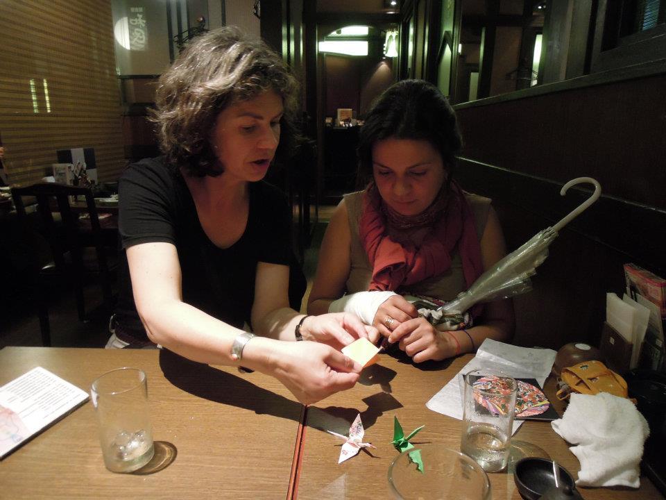 カウチサーフィン(ドイツ、エマ)、(スペイン、アレハンドラ)、居酒屋で折り紙・その2