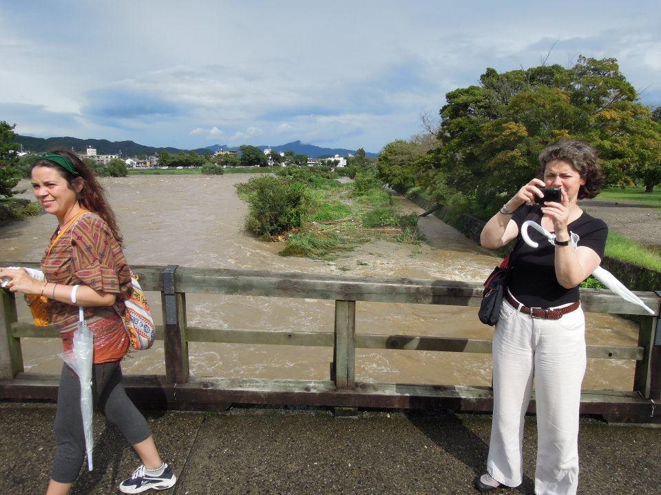 カウチサーフィン(エマ、ドイツ)、(スペイン、アレハンドラ)、台風の後の桂川