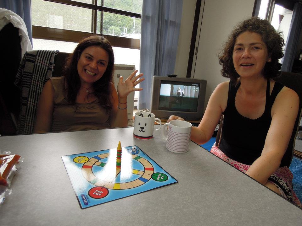 カウチサーフィン(スペイン、ドイツ)、ゲーム中のエマとアレハンドラ