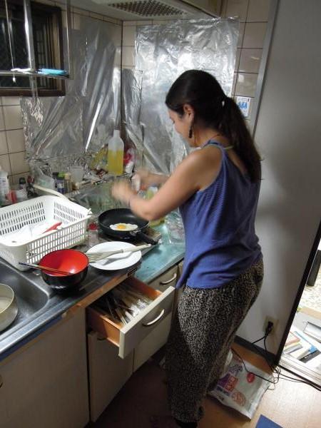 カウチサーフィン(スペイン、アレハンドラ)、料理中