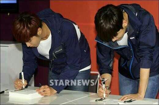性格の違いがwww紙重なった状態でサインするユノ一枚づつ置き直してサインするチャンミン