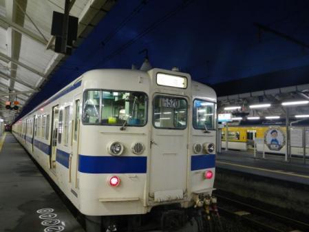 日が暮れた列車
