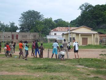 サッカーする子供達
