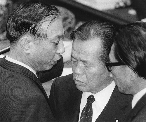 衆院予算委で宮本顕治共産党議長を「殺人者」と発言した浜田委員長(中央)に詰め寄る正森成二氏(左)=1988年2月6日撮影毎日新聞