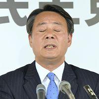 記者からの質問に目を閉じる海江田代表