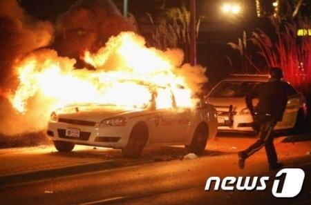 アメリカのファーガソン市での黒人暴動で、韓国人商店街も大きな被害を被っている。同商店街の20店舗のうち、半分近くが放火や略奪の被害に遭っており、その中の3店舗は全焼となった。