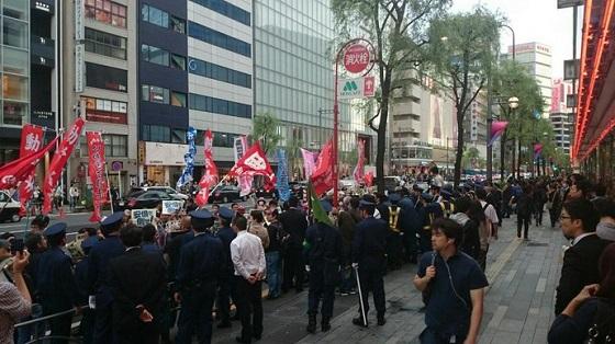 中核派デモ行進で参加者3名を逮捕!中核派系の組織が主催するデモに参加中、規制に当たっていた機動隊員3人をなぐったり、制帽をつかみ取ったりした疑い