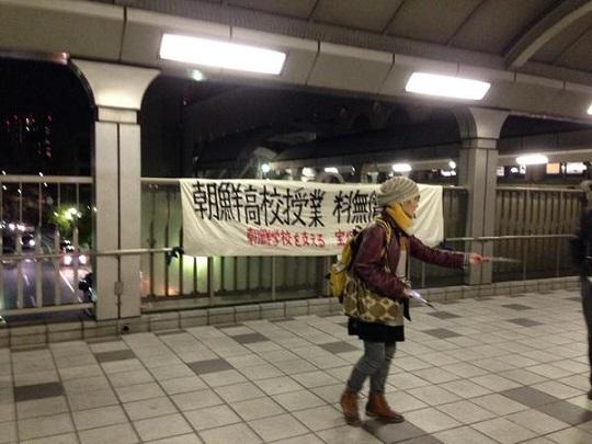 杉田 水脈「今から夜の駅立ちします」という佐藤 基裕宝塚市議の投稿を見てか、共産党と社民党の市議が来て、うちの陣営に文句をつけた上、隣で『朝鮮学校無償化』のビラ配りと署名活動を始めました。