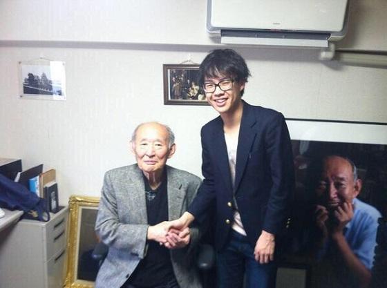 偽物小学生の青木大和は、民主党の藤井裕久と一緒に写真に写っている!