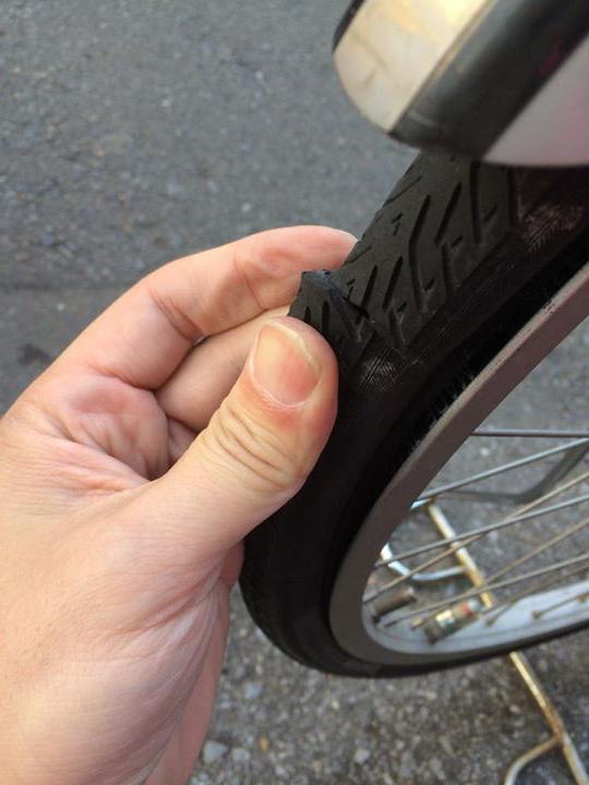 次世代の党・遠藤宣彦、自転車のタイヤ2台の前輪も後輪も切られてました。