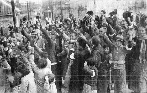 19371217支那兵たちの悪行に辟易していた南京市民たちは、日本軍の入城を歓声をもって迎えた。日本軍の入城式の日(1937年12月17日)に、食糧やタバコの配給を受け、歓声をもって迎える南京市民。市民がつけている日