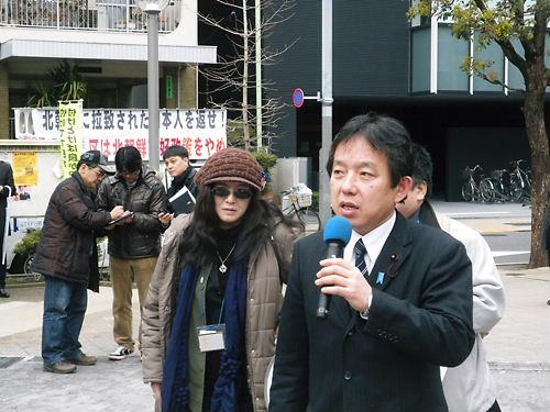 デモ行進終了後、ゲストの犬伏秀一大田区議(たちあがれ日本!)があいさつをした。