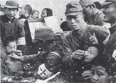 19371220疫病防止のため南京市民に予防措置を施す日本の衛生兵(南京占領の7日後 1937.12.20林特派員撮影 朝日グラフ 1938.1.19刊)