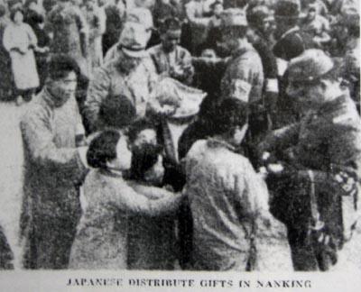 19371224以前。南京市民に食糧等を配る日本兵たち。(イギリス系新聞「ノース・チャイナ・デイリー・ニュース」1937.12.24付 南京占領の11日後)
