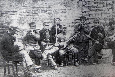 19390520南京の捕虜収容所で、手製の楽器を演奏して楽しむ中国兵捕虜たち(毎日版支那事変画報1939.5.20刊)
