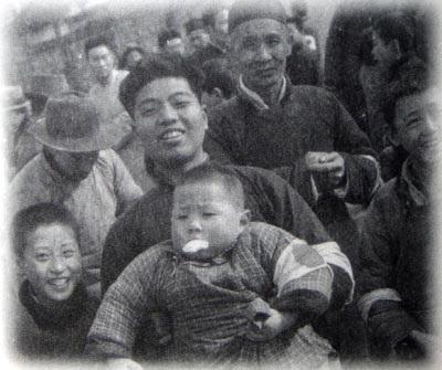 19371215「中国人は日本人カメラマンが行くと、積極的に子供をかかえて撮影に協力してくれる。日本兵や日本人を恐れていなかった」(カメラマン佐藤振寿氏。南京占領の2日後 1937.12.15撮影 南京安全区にて)