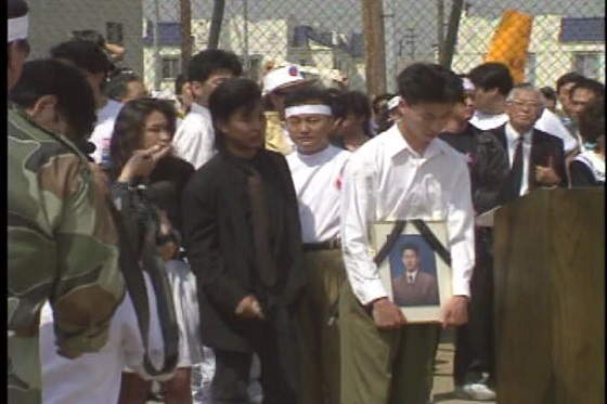 犠牲になった青年の家族  「ロス暴動の真実-コリアタウンはなぜ襲われたか-」