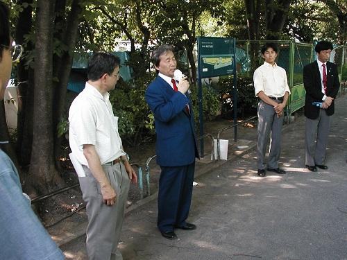 【2008北京五輪』絶対反対!デモ行進】デモには、3人の都議会議員が参加した。デモ行進が終わりマイクを握って北京五輪反対を訴える古賀俊昭・東京都議、画面右端が、土屋敬之・東京都議、その左に立っているのが、