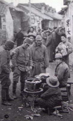 南京の街路で日本兵相手に商売をする中国人(毎日版支那事変画報1938.2.1刊)