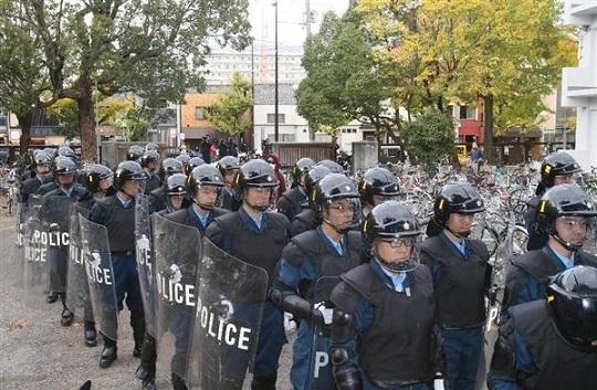京都大学熊野寮へ捜査に入る警察関係者ら=13日午後2時26分、京都市左京区