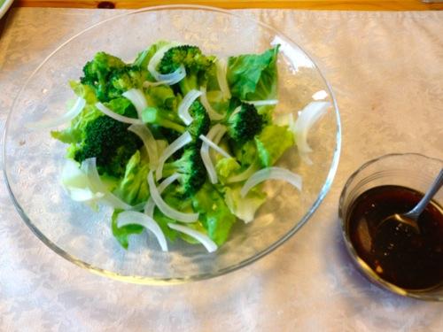 1ブロッコリーなどのサラダ