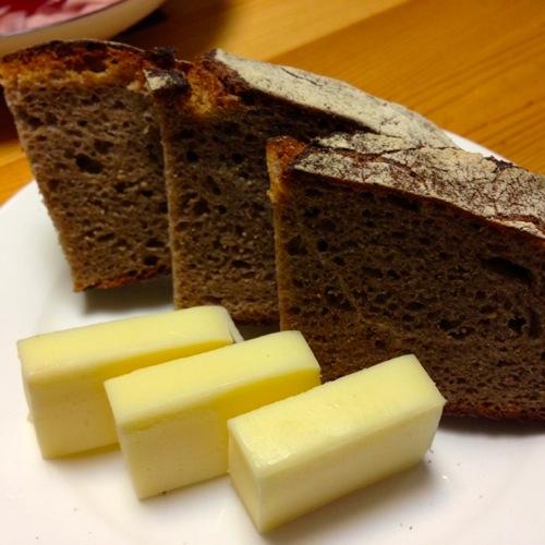 2黒パンとチーズ
