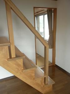 階段と、奥に和室