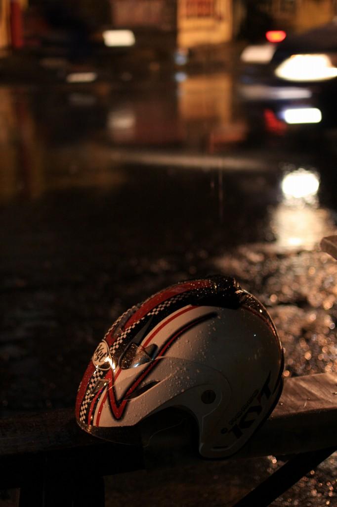 雨の中のヘルメット