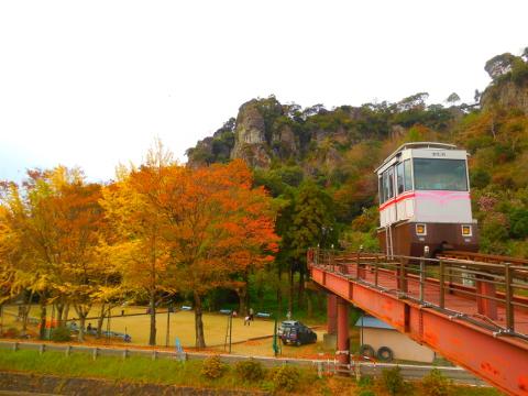 紅葉とモノレール