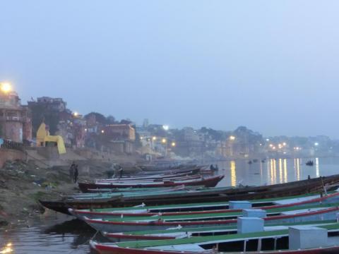 夜明け前のガンジス停泊ボート