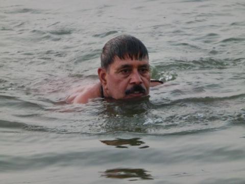 ガンジスで泳ぐ男
