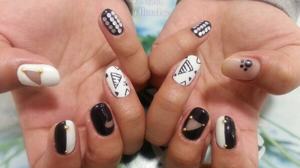 ブラックホワイト+三角ネイル☆