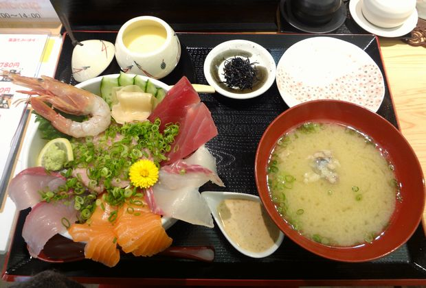 『うみの華』海鮮あふれ丼(980円・ご飯大盛無料)