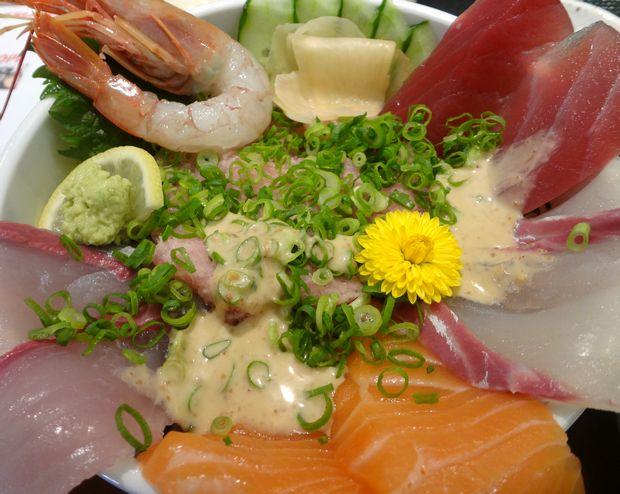 『うみの華』海鮮あふれ丼(胡麻ダレをかけた図)