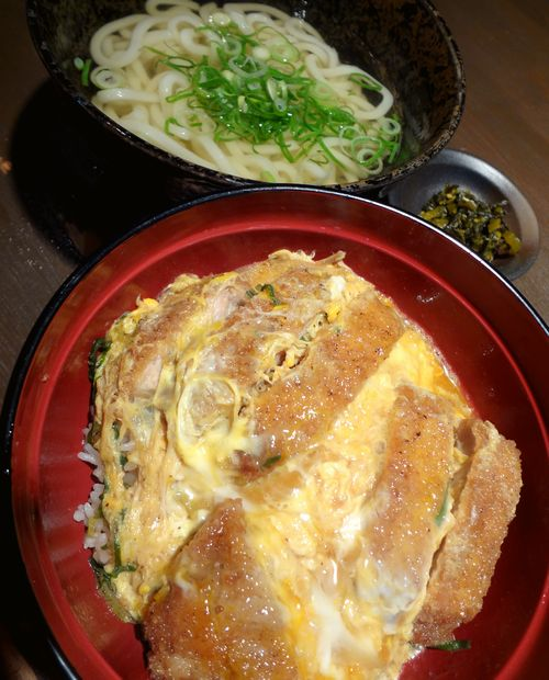 『まる謙うどん』カツ丼とうどんのセット(アップ)