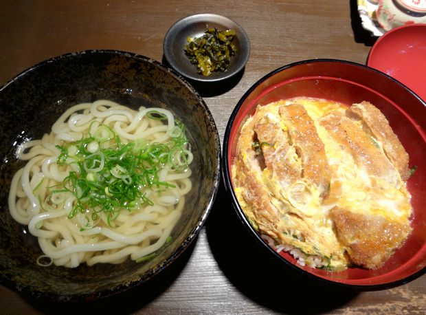 『まる謙うどん』カツ丼とうどんのセット(750円)
