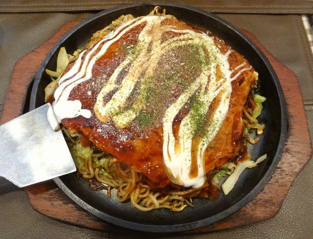 『お好み鉄板 炎屋』広島焼(肉・玉・そば麺、700円)