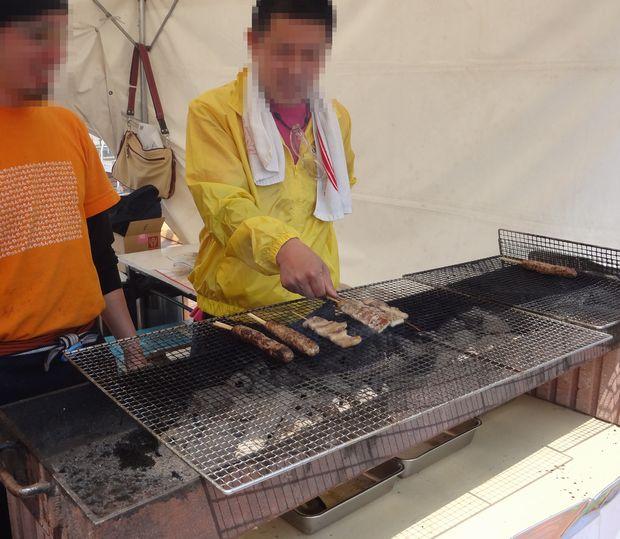 「プラリバ10周年感謝祭・久留米食の祭典」『やっちん』久留米焼きとりを焼く図