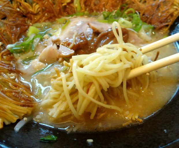 『壱の家』豚骨焼麺(ほぐれた麺リフト)