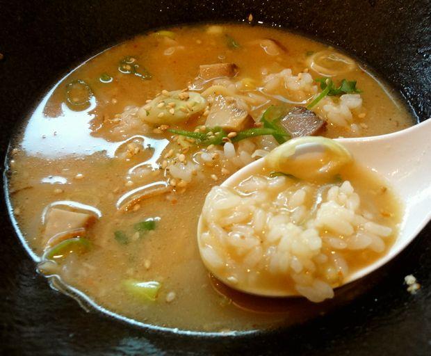 『壱の家』豚骨焼麺(ラー茶飯を入れた図)