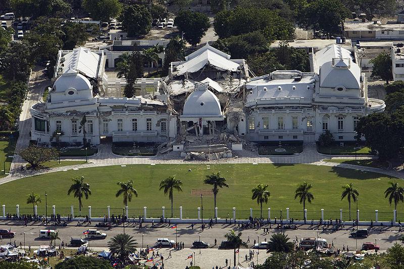 倒壊した首都ポルトープランスの大統領府