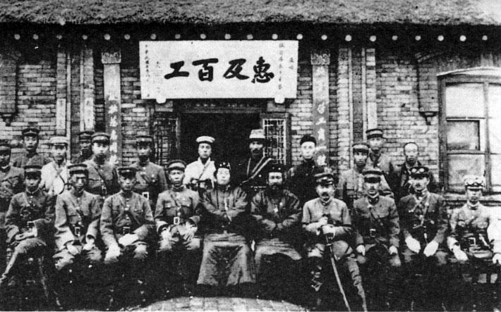 蒙古にて、王仁三郎と盧占魁を囲んで紀年撮影