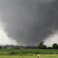 20130521-391152-1-N20日、米オクラホマシティー郊外を襲う竜巻=AP