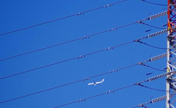 130304高圧鉄塔と飛行機