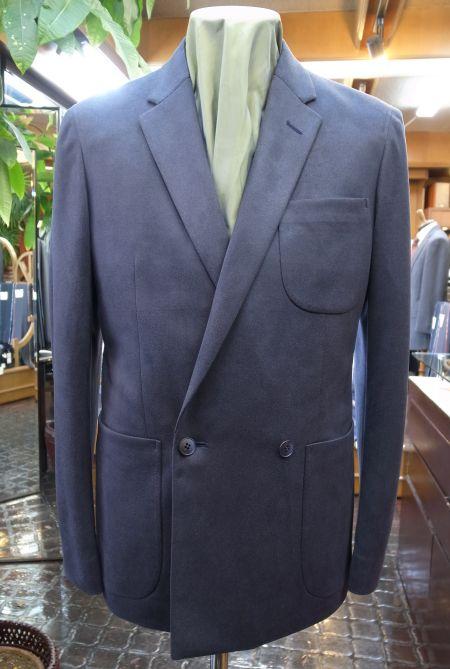 ダブルブレストの紺ジャケット